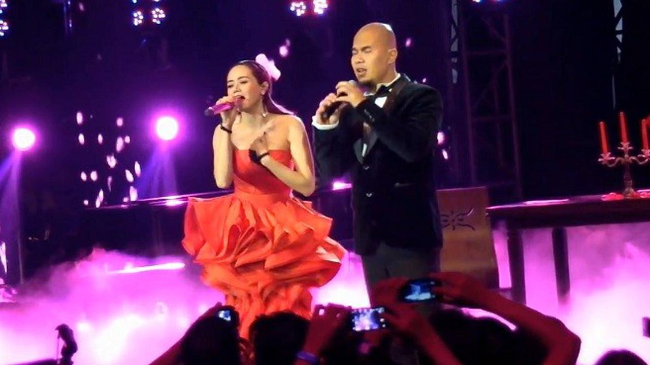Ahmad Dhani dan Mulan Jameela jadi couple romantis saat membawakan lagu Endless Love.