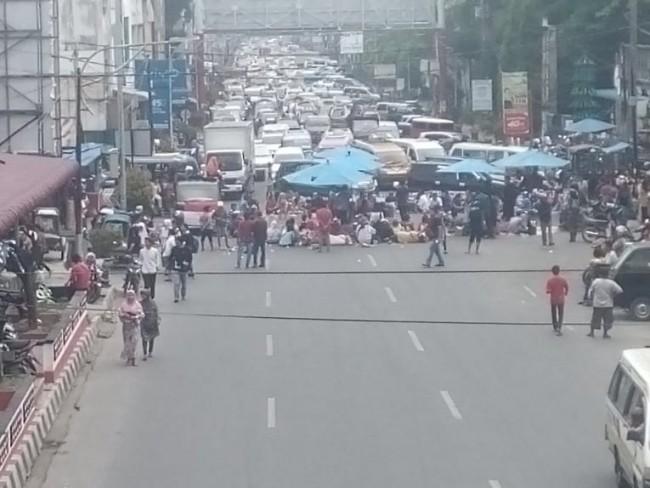 Pedagang BALIMPEL Pasar Horas Unjuk Rasa, Blokir Jalan Sutomo Kota Siantar
