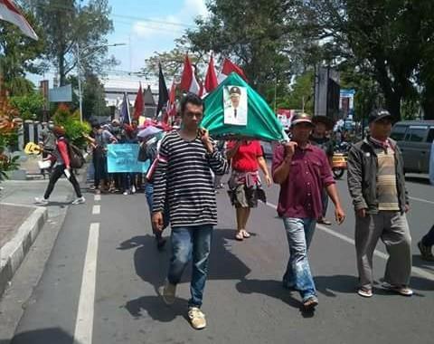 Pedagang dan Mahasiswa Bawa Keranda ke Balai Kota Siantar, Tolak Revitalisasi Balairung Pasar Horas