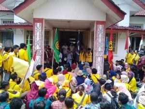 Mahasiswa di kantor DPRD Siantar