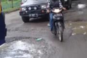 Jalan Rusak Persis Didepan Asrama 122 Tombak Sakti Marihat