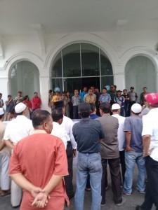 Gamis di Kantor Walikota Siantar saat unjuk rasa