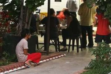 Viral, foto PRT Diluar Restoran, Majikannya Makan Didalam