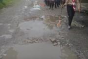 HUT Kemerdekaan RI Ke-74 Di Bandar Huluan, Para Siswa Tetap Semangat Walau Berbaris Di Jalan Berlumpur