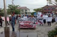 Pendemo Bawa Keranda Kawal Dua Terdakwa Masyarakat Adat, Komisi Yudisial Pantau Persidangan