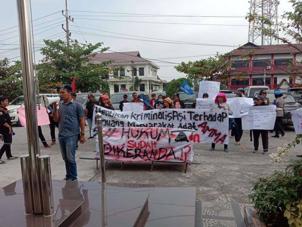 Massa Bawa Keranda Kawal Persidangan 2 Terdakwa Warga Sihaporas, KY Pantau Persidangan