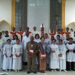 Mgr. Kornelius Sipayung OFM. Cap. Saat Foto Bersama Dengan Para Petugas Misa / Foto : Agus
