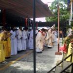 Mgr. Kornelius Sipayung, OFM.Cap, Memimpin Ibadah saat Menghormat Altar Bersama Rombongan Petugas Misa. / Foto : Agus